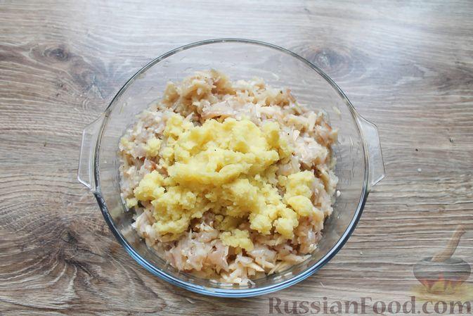 Фото приготовления рецепта: Рубленые рыбные котлеты с картошкой и сыром - шаг №9