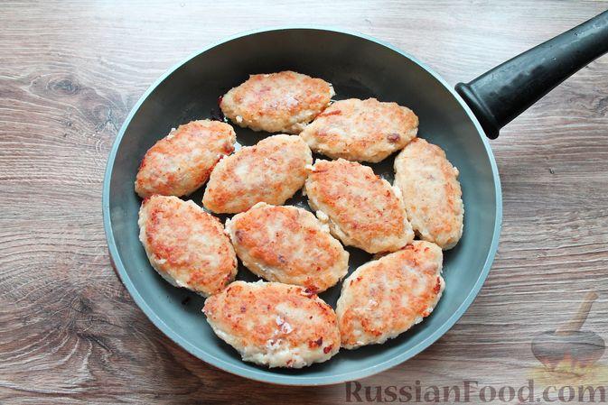 Фото приготовления рецепта: Рубленые рыбные котлеты с картошкой и сыром - шаг №15