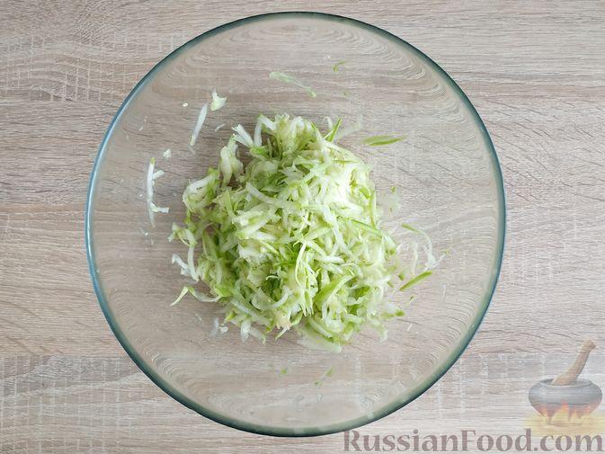 Фото приготовления рецепта: Закусочные кабачковые маффины с колбасой - шаг №3