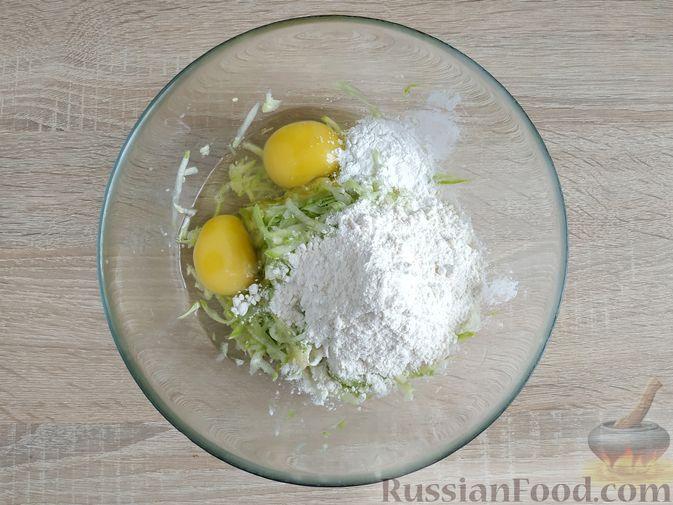 Фото приготовления рецепта: Закусочные кабачковые маффины с колбасой - шаг №4