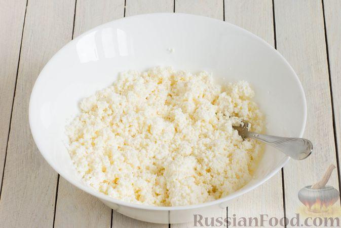 Фото приготовления рецепта: Сырники с манкой (без яиц) - шаг №2