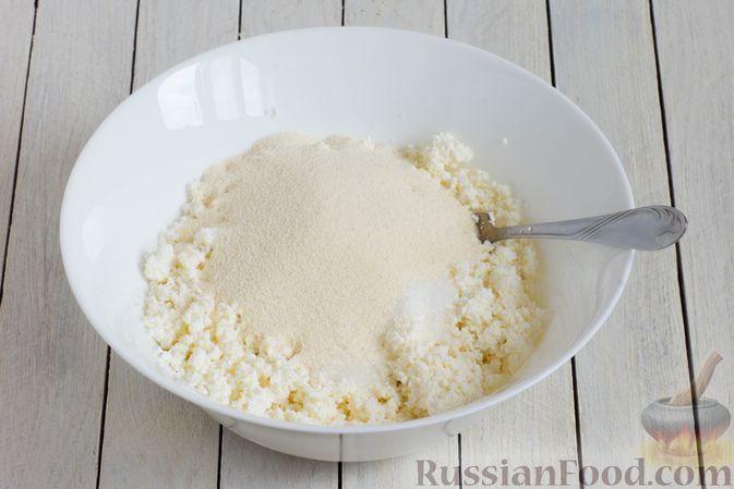 Фото приготовления рецепта: Сырники с манкой (без яиц) - шаг №3