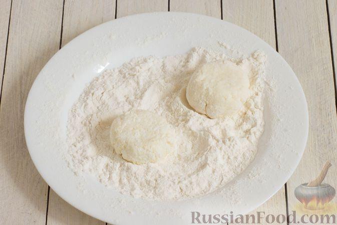 Фото приготовления рецепта: Сырники с манкой (без яиц) - шаг №5