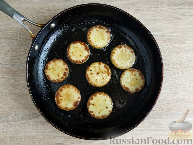 Фото приготовления рецепта: Горячие бутерброды с кабачком, сосисками и сыром - шаг №5