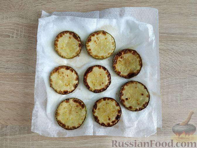 Фото приготовления рецепта: Горячие бутерброды с кабачком, сосисками и сыром - шаг №6