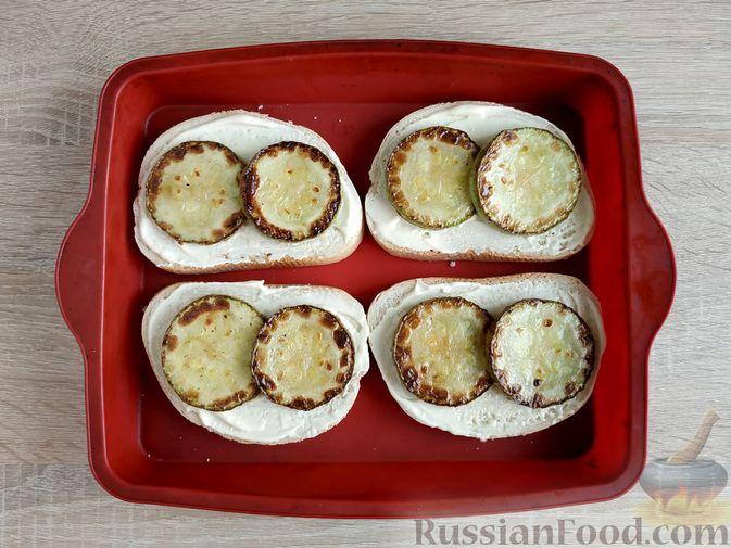 Фото приготовления рецепта: Горячие бутерброды с кабачком, сосисками и сыром - шаг №9