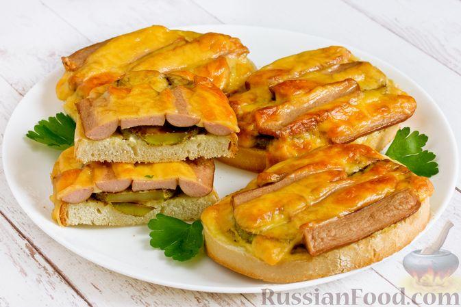 Фото приготовления рецепта: Горячие бутерброды с кабачком, сосисками и сыром - шаг №16