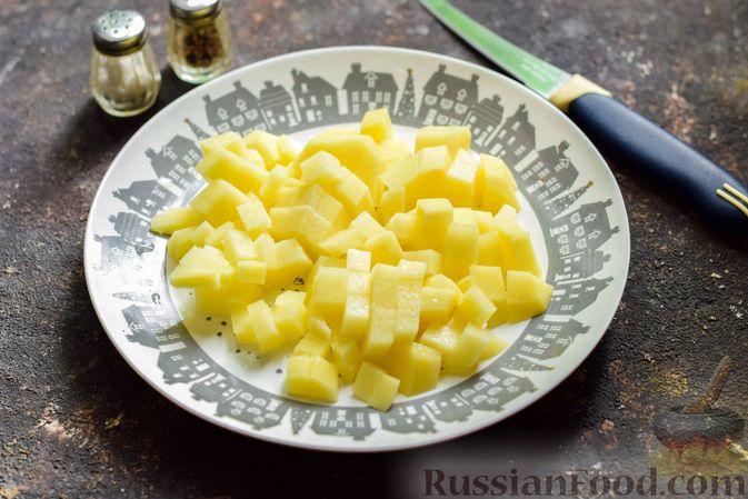 Фото приготовления рецепта: Суп с капустой, зелёным горошком и куриными фрикадельками со шпинатом - шаг №2