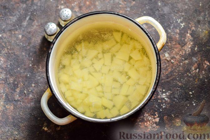 Фото приготовления рецепта: Суп с капустой, зелёным горошком и куриными фрикадельками со шпинатом - шаг №3