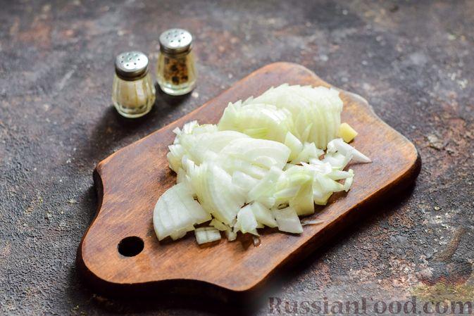 Фото приготовления рецепта: Суп с капустой, зелёным горошком и куриными фрикадельками со шпинатом - шаг №4