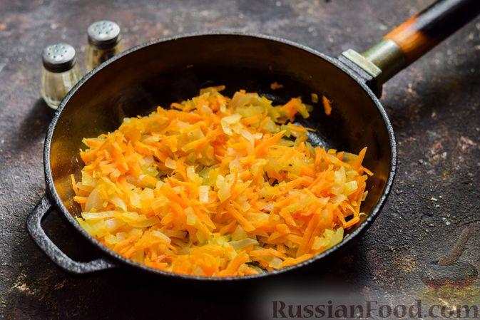 Фото приготовления рецепта: Суп с капустой, зелёным горошком и куриными фрикадельками со шпинатом - шаг №6