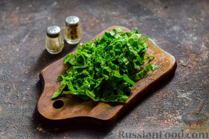 Фото приготовления рецепта: Суп с капустой, зелёным горошком и куриными фрикадельками со шпинатом - шаг №8