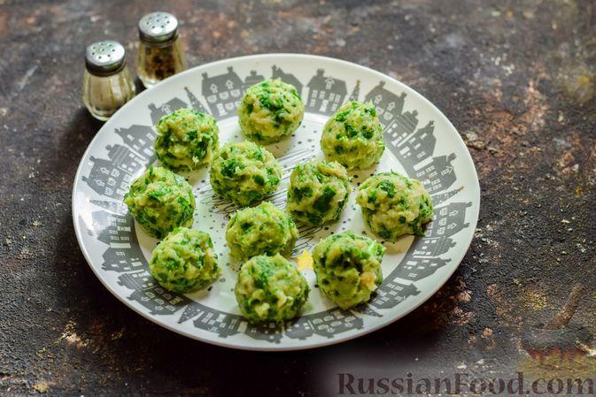 Фото приготовления рецепта: Суп с капустой, зелёным горошком и куриными фрикадельками со шпинатом - шаг №10