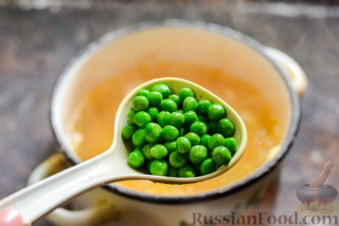 Фото приготовления рецепта: Суп с капустой, зелёным горошком и куриными фрикадельками со шпинатом - шаг №12