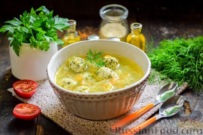 Фото приготовления рецепта: Суп с капустой, зелёным горошком и куриными фрикадельками со шпинатом - шаг №15