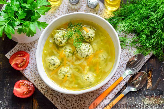Фото приготовления рецепта: Суп с капустой, зелёным горошком и куриными фрикадельками со шпинатом - шаг №16