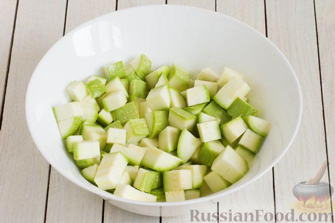 Фото приготовления рецепта: Кабачки, тушенные в сливках, с чесноком - шаг №2