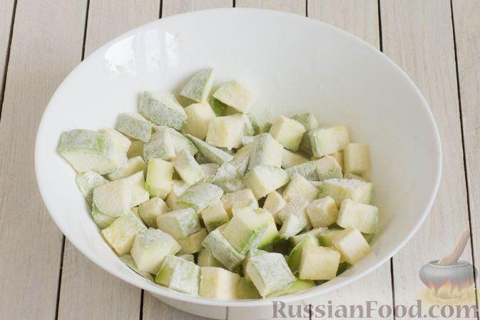 Фото приготовления рецепта: Кабачки, тушенные в сливках, с чесноком - шаг №3