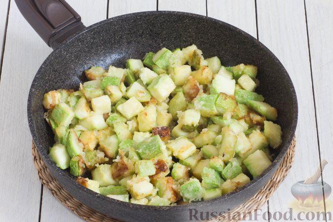 Фото приготовления рецепта: Кабачки, тушенные в сливках, с чесноком - шаг №4