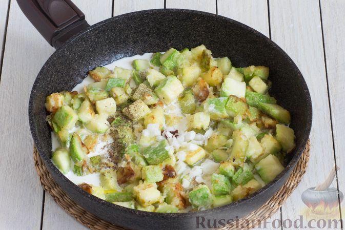 Фото приготовления рецепта: Кабачки, тушенные в сливках, с чесноком - шаг №5