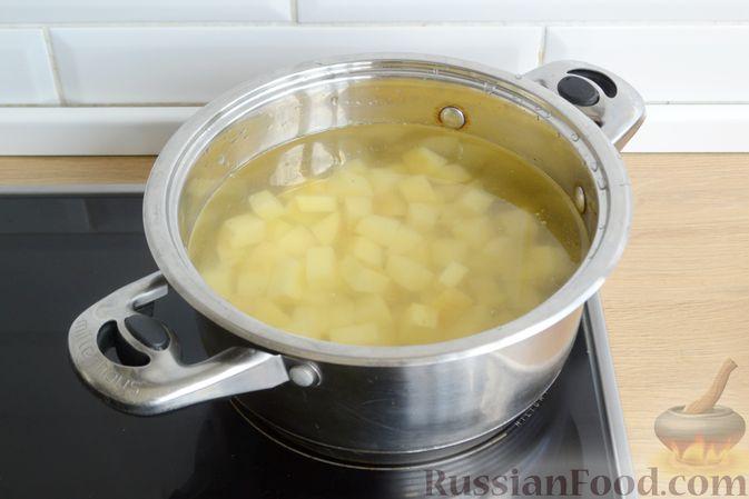 Фото приготовления рецепта: Суп с овсяными хлопьями и фрикадельками - шаг №3