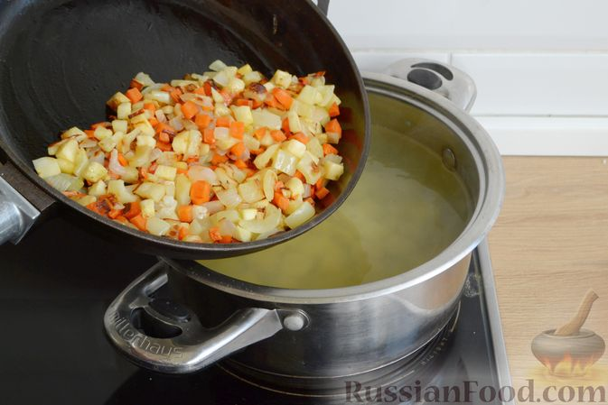 Фото приготовления рецепта: Суп с овсяными хлопьями и фрикадельками - шаг №8