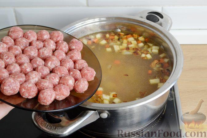 Фото приготовления рецепта: Суп с овсяными хлопьями и фрикадельками - шаг №10