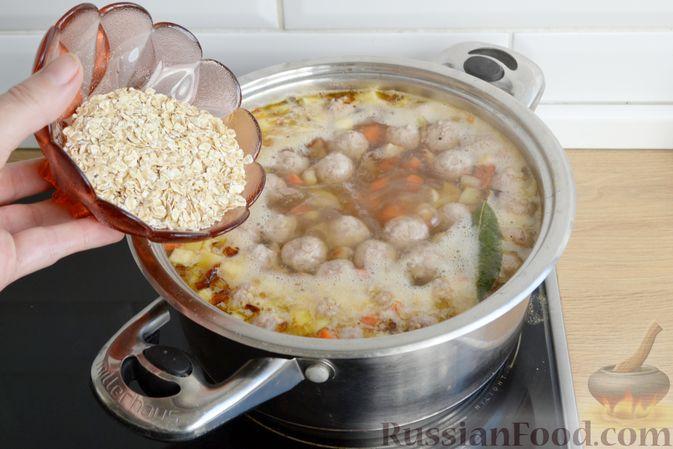 Фото приготовления рецепта: Суп с овсяными хлопьями и фрикадельками - шаг №12