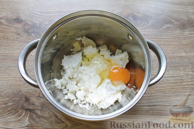 Фото приготовления рецепта: Творожная запеканка без муки, с йогуртом и бананами - шаг №2