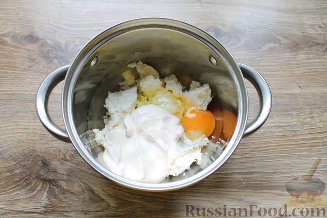 Фото приготовления рецепта: Творожная запеканка без муки, с йогуртом и бананами - шаг №3