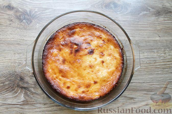 Фото приготовления рецепта: Творожная запеканка без муки, с йогуртом и бананами - шаг №8