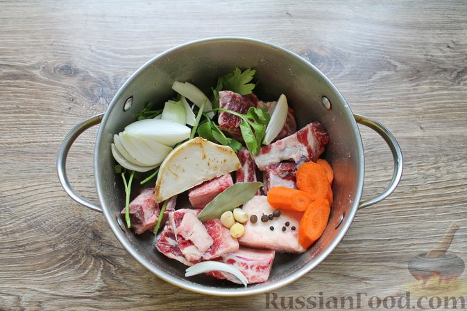 Фото приготовления рецепта: Щи с солеными огурцами  и консервированным горошком - шаг №4