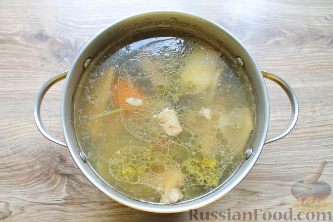 Фото приготовления рецепта: Щи с солеными огурцами  и консервированным горошком - шаг №5