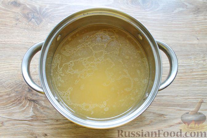 Фото приготовления рецепта: Щи с солеными огурцами  и консервированным горошком - шаг №6