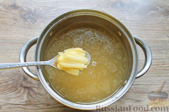 Фото приготовления рецепта: Щи с солеными огурцами  и консервированным горошком - шаг №8