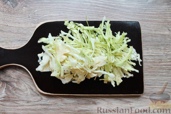 Фото приготовления рецепта: Щи с солеными огурцами  и консервированным горошком - шаг №12