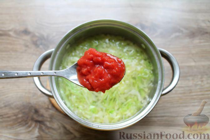 Фото приготовления рецепта: Щи с солеными огурцами  и консервированным горошком - шаг №14