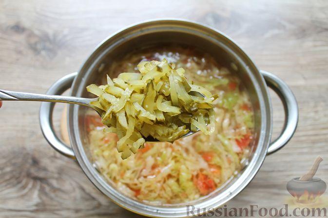 Фото приготовления рецепта: Щи с солеными огурцами  и консервированным горошком - шаг №15