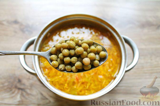 Фото приготовления рецепта: Щи с солеными огурцами  и консервированным горошком - шаг №16