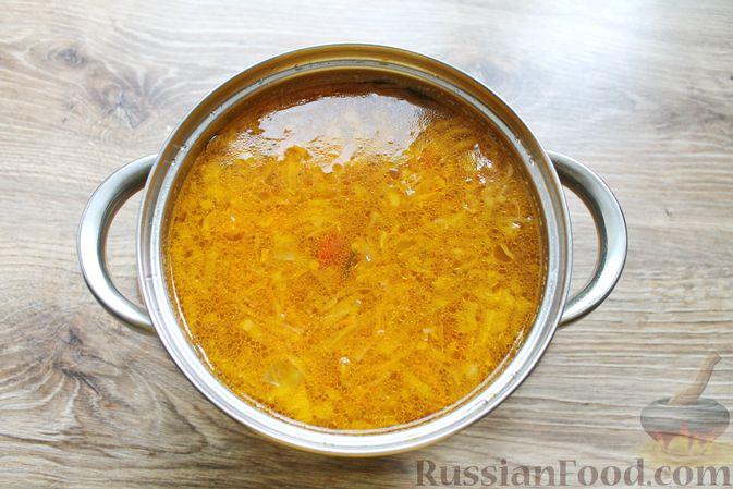 Фото приготовления рецепта: Щи с солеными огурцами  и консервированным горошком - шаг №18