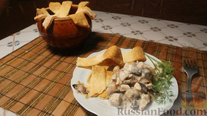 Фото к рецепту: Куриное филе, запечённое с грибами, под слоёным тестом (в горшочках)