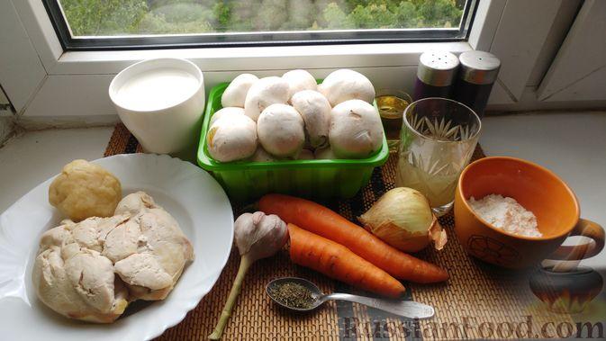 Фото приготовления рецепта: Куриное филе, запечённое с грибами, под слоёным тестом (в горшочках) - шаг №2