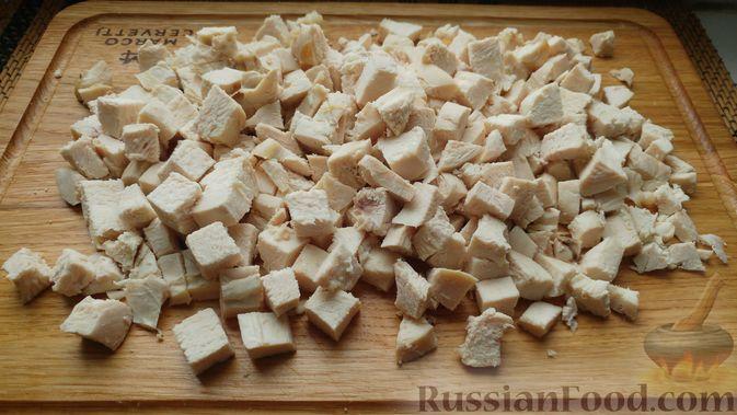Фото приготовления рецепта: Куриное филе, запечённое с грибами, под слоёным тестом (в горшочках) - шаг №3