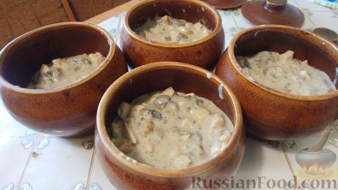 Фото приготовления рецепта: Куриное филе, запечённое с грибами, под слоёным тестом (в горшочках) - шаг №18