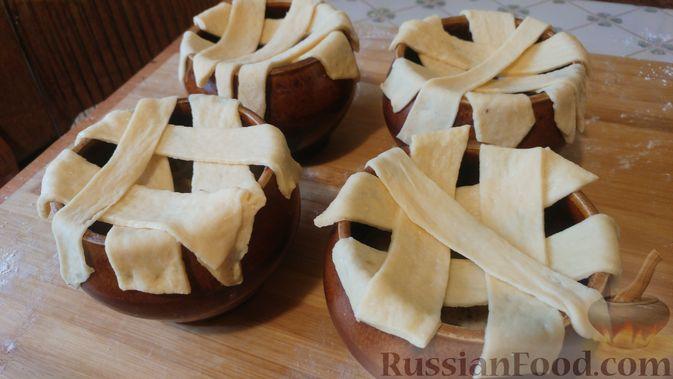 Фото приготовления рецепта: Куриное филе, запечённое с грибами, под слоёным тестом (в горшочках) - шаг №20
