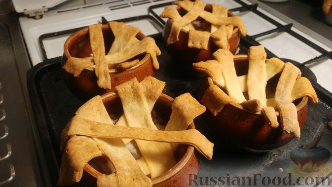 Фото приготовления рецепта: Куриное филе, запечённое с грибами, под слоёным тестом (в горшочках) - шаг №21