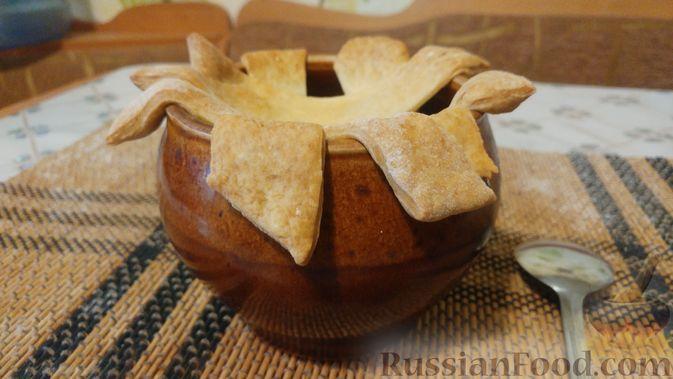 Фото приготовления рецепта: Куриное филе, запечённое с грибами, под слоёным тестом (в горшочках) - шаг №22