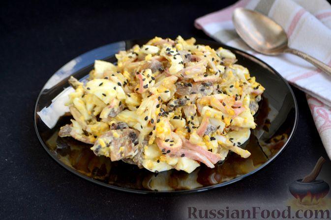 Фото к рецепту: Салат с кальмарами, жареными шампиньонами, луком и яйцами