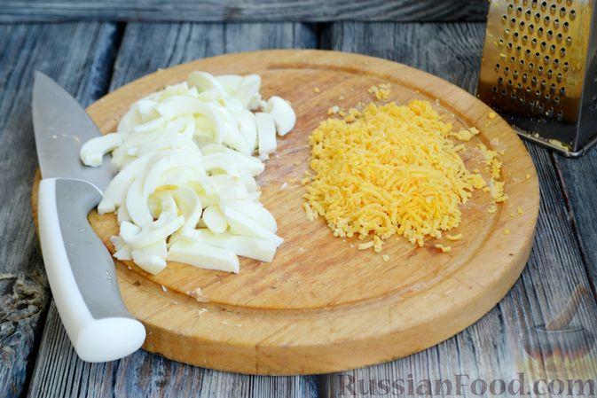 Фото приготовления рецепта: Салат с кальмарами, жареными шампиньонами, луком и яйцами - шаг №7