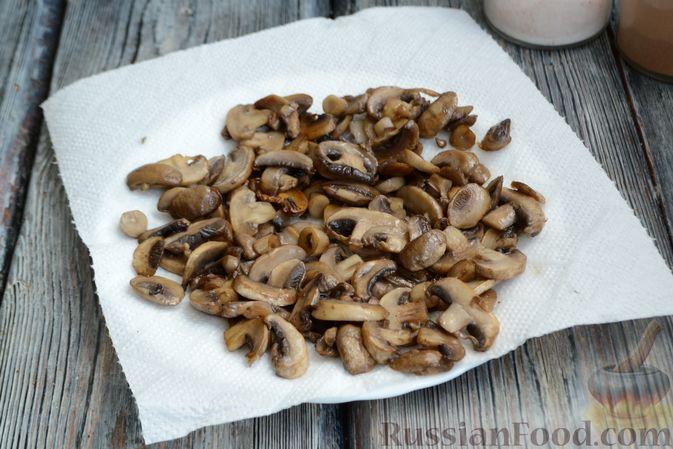 Фото приготовления рецепта: Салат с кальмарами, жареными шампиньонами, луком и яйцами - шаг №10